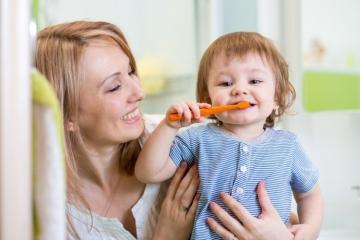 Как правильно чистить молочные зубы детям до 3-х лет