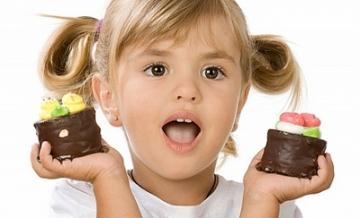 В канун новогодних праздников врачи напоминают: употребление большого количества сладостей вредно для здоровья детей